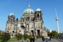 Berlin Kirche mit Fernsehturm