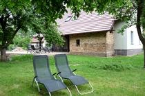 Ferienwohnung Spreewald Burg Liegestühle im Obstgarten