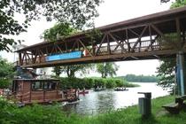 Fürstenberg Havel an der Holzbrücke mit Holzboot und Kanu